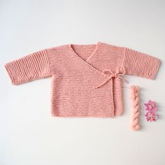 Wrap Cardigan / Wickeljacke MARIE Knitting pattern by Rosa Gröszer This sweet wrap cardigan worked in simple garter stitch is the perfect companion for babys first year. Due the open front and the side tie f Vogue Knitting, Free Knitting, Baby Knitting Patterns, Baby Patterns, Wrap Cardigan, Baby Cardigan, Kimono Cardigan, Crochet Baby, Knit Crochet