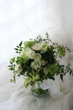 クラッチブーケ 濃い緑の中のフルーティアバランチェ  軽井沢石の教会さまへ