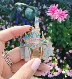 Disney castle Disney pin that will glam up your land yard Disney Pin Trading, Disney Cute, Disney Dream, Disney Style, Disney Magic, Lego Disney Princess, Broches Disney, Disney Parque, Pink Lila
