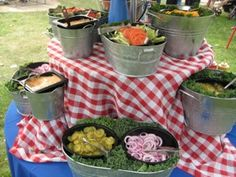 Such a cute idea , love this Summer Buffet set up ! Buffet Set Up, Party Buffet, Food Buffet, Deco Champetre, I Do Bbq, Zucchini, Company Picnic, Event Company, Outdoor Parties