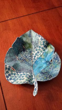 Fabric leaf bowl Quilting Projects, Sewing Projects, Fabric Bowls, Creative Textiles, Fibre And Fabric, Leaf Art, Fabric Art, Fabric Scraps, Fabric Flowers