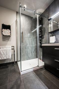Une superbe #salledebain fait par des entrepreneurs de #RenoAssistance. #rénovation #bathroom #charcoalbathroom #salledebainmoderne #douchemoderne Double Vanity, Bathroom, Modern Shower, Bathroom Modern, Design Ideas, Washroom, Full Bath, Bath, Bathrooms