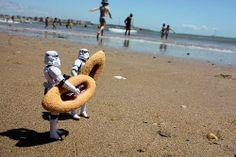 #humor #fotos #gadgets #regalos #divertidos #ofertas #descuentos #novedades #risas #friki #geek #star #wars #guerra #galaxias  Los Storm Troopers de veraneo en Benidorm... http://www.yougamebay.com