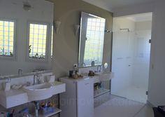 O toalete conta com dimensões generosas e inclui uma banheira de hidromassagem e pias independentes para senhor e senhora.