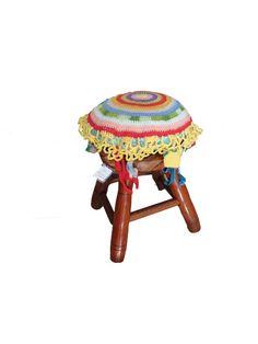 Banquinho de madeira com almofada de crochê