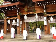 Susuharai (end of year cleaning) at Minatogawa Jinja. 湊川神社でのすす払い。