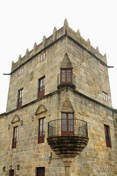 Torre del homenaje del pazo de Fefiñans. La Muy noble villa de Cambados se encuentra en el centro de las Rías Bajas, más concretamente junto a la ría de Arousa, en la provincia de Pontevedra. Su casco histórico por el que ha sido declarada Bien de Interés Cultural está muy bien conservado