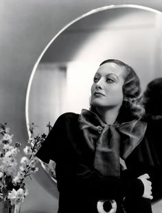 Joan Crawford (1905-1977) is a film actress, television and theatrical Americans. In the 1930s, she became one of the immortal names in the world of Hollywood and is one of the high-income women in the United States. Photo by George Hurrell (Hollywood vintage glamour 1930s)