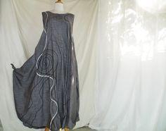 Traumkleid aus leichter, weicher Baumwolle im Jeanslook grau  aufgestickte Spiralen und Ziernähte  Seitennahttaschen  Seitliche Zipfelknoten     EINZE