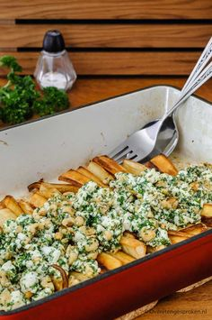 Pastinaak met feta, peterselie en noten Parsnip with feta, parsley and nuts – Special vegetable dish from Pascale Naessens. Vegetable Recipes, Vegetarian Recipes, Cooking Recipes, Healthy Recipes, Feel Good Food, I Love Food, Vegan Diner, Healthy Diners, Happy Foods