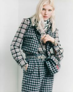 Go more masculine with Chanel's Pre-Fall collection, adding a '70s style with a touch of punk. #Chanel #ChanelFallWinter Boutique Haute Couture, Style Couture, Haute Couture Fashion, Autumn Summer, Fall Winter, Chanel News, Feminine Style, Black Cotton, Tweed