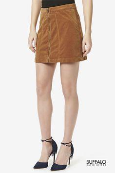 Dotée d'une fermeture éclair sur le devant, cette mini jupe en velours côtelé confortable de Buffalo est essentiel pour un look impeccable par temps froids. Portez-la seule ou par-dessus un legging pour une tenue d'automne ou d'hiver tendance. 98% coton, 2% spandex.