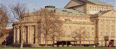 Wer Lust auf Oper, Ballett oder Schauspiel hat kann sich über die Staatstheater Stuttgart erfreuen. Diese umfassen nämlich die Oper Stuttgart, das Stuttgarter Ballett und das Schauspiel Stuttgart. Die Hauptspielstätten sind im Schlossgarten zu finden.    Den aktuellen Spielplan aller Sparten gibt es hier: http://www.staatstheater-stuttgart.de/spielplan/