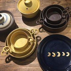 小川佳子さんから夏も活躍、耐熱のうつわが届いています。瑠璃のお皿にスリランカのお土産の焼きカシューナッツ。  #小川佳子 #shizen #うつわ #ceramics #オーブンパン