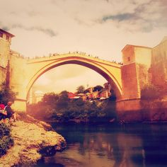 Stari Most the old bridge in #Mostar. A must see and must visit when you explore #Bosnia & #Herzegovina. The bridge is protected on both sides by fortified #towers Helebija and Tara. During the summer the bridge host a diving competition (24 m drop). #contourairse #litemeravallt #pin #visitmostar #visitbosnia #history #culture #neretva #restips #semester #wanderlust