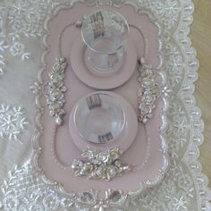 seramik boyama Tree Crafts, Wood Crafts, Diy And Crafts, Picture Frame Crafts, Silverware Art, Sewing Room Organization, Painted Trays, So Creative, Ribbon Work