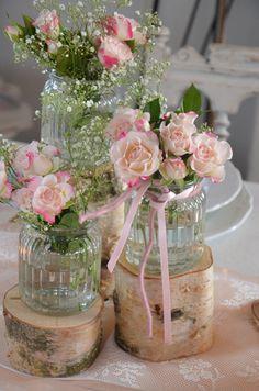 Wunderschönes Trio aus drei unterschiedlich hohen Holzstämmem. Zum Dekorieren mit Vasen und Kerzen im Vintagedesign. Die Vasen und Blumen dienen nur als Anregung, sie sind nicht im Verkaufsumfang...