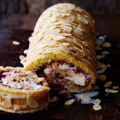 Raspberry Roulade Recipe With our raspberry bakewell roulade we've combined two desserts into one. This indulgent pud will satisfy even the greediest of guests Baking Recipes, Cake Recipes, Dessert Recipes, Frosting Recipes, Cupcakes, Cupcake Cakes, Chocolate Roulade, Lindt Chocolate, Pie Cake