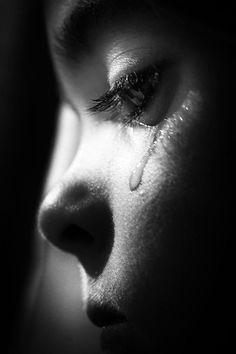 """occhidimenta: """" Io ti amo quando piangi e amo il tuo viso annuvolato e triste. La tristezza ci unisce e ci divide senza che io sappia senza che tu sappia. Quelle lacrime che scorrono, io le amo e in..."""