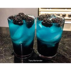 We are going crazy tonight with our Trippy Ass Lemonade Cocktail! Our Trippy Ass Lemonade Cocktail is made with Grape Pucker, Berry Fusion Pucker, Drink Bar, Bar Drinks, Yummy Drinks, Cocktail Vodka, Lemonade Cocktail, Lemonade Drink, Bora Beber, Tipsy Bartender, Halloween Drinks