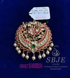 Friend 2, Girls Best Friend, Traditional Indian Jewellery, Indian Jewelry, Gold Pendent, Pendant Design, Bridal Jewellery, Lockets, Gold Jewelry