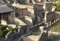 A step back in the 2000 year history to immerse yourself in a real Roman city buried under 75 feet of hot mud during the eruption of Vesuvius in 79 AD dated Everything is perfectly intact, as then, houses, shops, restaurants, mosaics and frescos .