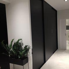 Hallway◼️ Få litt personlighet i huset er første prioritert😂 Litt mye nakne vegger. #hallwayinspo #black #drommekjokkenet_bergen #modernehus