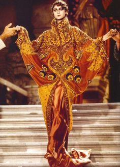 Desfile na Opera Garnier em Paris da autoria de John Galliano para a Dior. Aqui pudesse ver de forma evidente a influencia da belle epoque austríaca