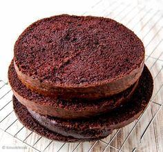 Tämä supersuklainen kakkupohja on tarkoitettu korkeaan kakkuun, joten sen saa leikattua neljään osaan.