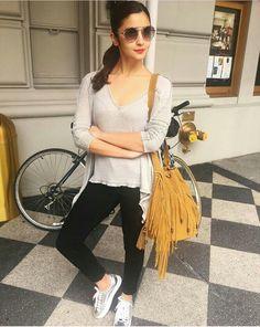 Tu mera sat ati nai kider bhi tho mai kya karo tu abi bhi bachi ha who can't go outside alone 😂😂😂 Bollywood Celebrities, Bollywood Fashion, Alia Bhatt Photoshoot, Alia Bhatt Cute, Alia And Varun, Dress Sketches, Indian Designer Outfits, Beautiful Bollywood Actress, Look Chic