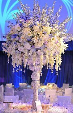 Centro de mesa altos y súper elegantes para bodas, con variados tipos de flores para un estilo glamoroso. #CentrosDeMesaBodas