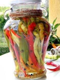 Bine v-am regasit! Din pacate vacanta s-a terminat dar sunt fericita ca pot scrie … Good Food, Yummy Food, Pickling Cucumbers, Romanian Food, Canning Recipes, Deli, Preserves, Pickles, Food And Drink