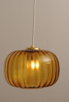 Lampa szwedzka. Producent: Orrefors. Projektant: Carl Fagerlund. Lata 40-50 XX wieku.  Wykonana ze szkła.Średnica: 25 cm. Wysokość: 18 cm.