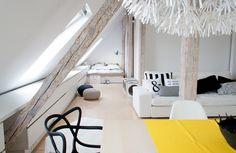 Una mansarda ristrutturata sotto al tetto di una vecchia casa popolare, diventa la casa e l'ufficio di una coppia di giovani grafici.