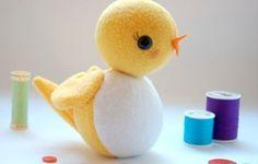 Meninos e meninas adoram este passarinho de feltro (Foto: whileshenaps.com)