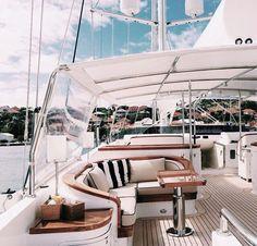 Faire du voilier ou embarquer sur un Yacht.
