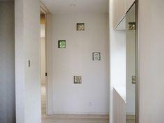 ガラスブロックを埋め込んだ廊下の壁
