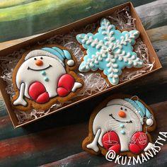"""ИМБИРНЫЕ ПРЯНИКИ on Instagram: """"Последний вариант набора!!! Набор #7, коробочка 20х10 см, цена 600 рублей. Все новогодние прянички можно найти по хэштэгу #kuzma_нг2020 .…"""" Christmas Cookies Packaging, Christmas Cookies Gift, Cookie Packaging, Valentine Cookies, Easter Cookies, Plain Cookies, Cute Cookies, Cupcake Cookies, Cookie Favors"""