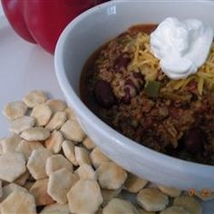 Slow Cooker Chili Recipe Main Dishes with ground beef, onion, green bell pepper, kidney beans, peel tomato whole, chili powder