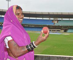 शहीद वीर नारायण सिंह अंतर्राष्ट्रीय क्रिकेट स्टेडियम में पहुंचे कबीरधाम जिले के पंचायत प्रतिनिधि दर्शक दीर्घा में बैठकर भव्य मैदान को काफी देर तक निहारते रहे. महिला प्रतिनिधियों ने गेंद हाथ में लेकर देखी. उनके चेहरे पर आई मुस्कान शायद यही कह रही है 'हम भी खेलेंगे क्रिकेट'.