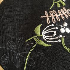 . ふっくらさせたい葉っぱは 芯入りのサテンステッチ . . #刺繍#刺しゅう#手刺繍#embroidery#handmade#ハンドメイド#手作り#ちくちく#チクチク#チクチク部#針仕事#ステッチ#stitching#手芸#手芸部#刺繍部#handembroidery#cosmo刺繍糸#サテンステッチ