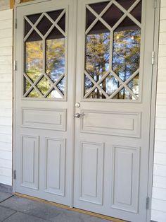 Vackra parytterdörrar med spröjsade fönster