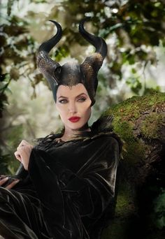 Maleficent-Malefiz-Angelina Jolie - picture for you Watch Maleficent, Maleficent Halloween, Maleficent 2014, Maleficent Costume, Halloween Makeup, Maleficent Quotes, Maleficent Makeup, Maleficent Horns, Angelina Jolie Images