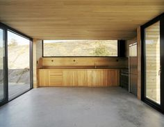 Image 3 of 8 from gallery of Summerhouse / Marianne Borge + Kjetil Saeterdal. Photograph by Ivan Brodey Architecture Details, Interior Architecture, Interior And Exterior, Unfitted Kitchen, Shed Homes, Empty Room, Clever Design, Prefab, Kitchen Interior