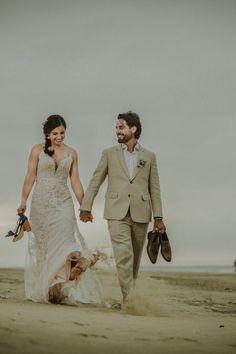 La playa, el escenario perfecto para sellar su destino de amor.#Matrimoniocompe #Organizaciondebodas #Matrimonio #Novios #TipsNupciales #CaminoAlAltar #MatriPeru #BodaPeru #Amor #Romantico #Couple #MatrimonioEnLaPlaya #CasarseEnlaPlaya #BeachWedding Photo And Video, Couple Photos, Wedding Dresses, Lace, Instagram, Fashion, Couple, Amor, Beach Weddings