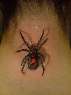 Tatouage araignée pour femme sur la nuque