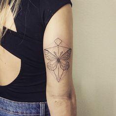 """""""Borboleta da Tati, desenhada por ela mesma  muito obrigada pela oportunidade e confiança   #tattoo #geometrictattoo #butterflytattoo  Para orçamentos e…"""""""