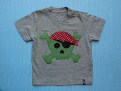 Camiseta gris con calavera de aplicaciones patchwork en verde y rojo
