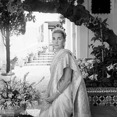 Cecil Beaton, Portrait of Barbara Hutton wearing both the Pasha Diamond Ring and Romanov Tiara. The Romanov Tiara was created with Romanov emeralds in Sidi Hosni, Tangier, Morocco, 1961 Henri Matisse, Poor Little Rich Girl, Yves Saint Laurent, Catherine The Great, Walker Art, English Fashion, Cecil Beaton, Emerald Necklace, Gilded Age