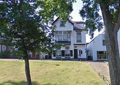 Cornelis Boorsma woonde op Hogeweg nr.4 (1904) in een ontwerp van de architecten H.J. Jesse en W. Fontein.In dit witte huis, met de erkerachtige uitbouw, woonde vele jaren de bekende hoofdonderwijzer van de Openbare School Cornelis Boorsma.Hij was de grondlegger van het Visserijonderwijs in Katwijk.Zijn leerlingen schonken hem na zijn overlijden een bijzonder grafmonument.De bevolking heeft hem geëerd door een straat & een sporthal naar hem te vernoemen( 'Boorsmastraat' & de…